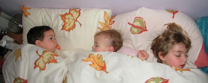3 ילדים במיטה